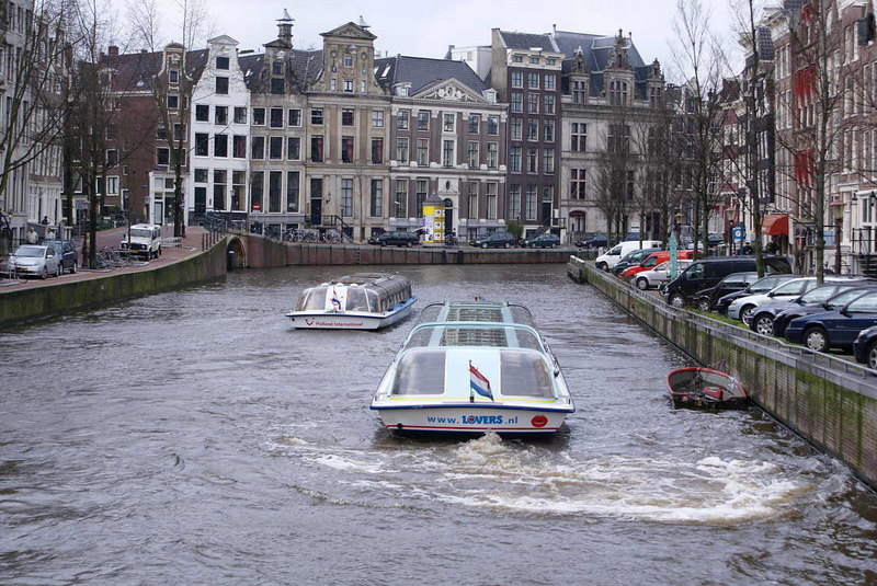 Two rival boats (Holland International and Lovers) on the Kaizergracht. The bridge on the left under the white building is the northern entrance to the Leidsegracht which the boats will turn into as shown in the next view.