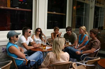 Kohvikus Immi, Allan, Iren, Bertha, Madis, Ulla, Mõmmi ja neiu Teele