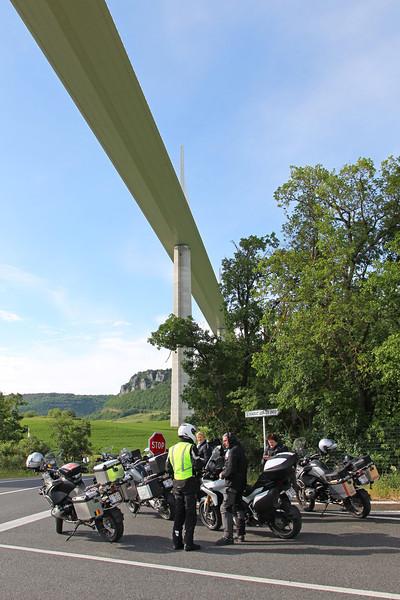 Andorra 2014 - Heenreis - Pauze onder de brug van Millau