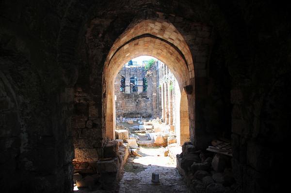 Hadrians Bue og Klokketårnet er bemerkelsesverdige, og stammer fra hellenistisk tid