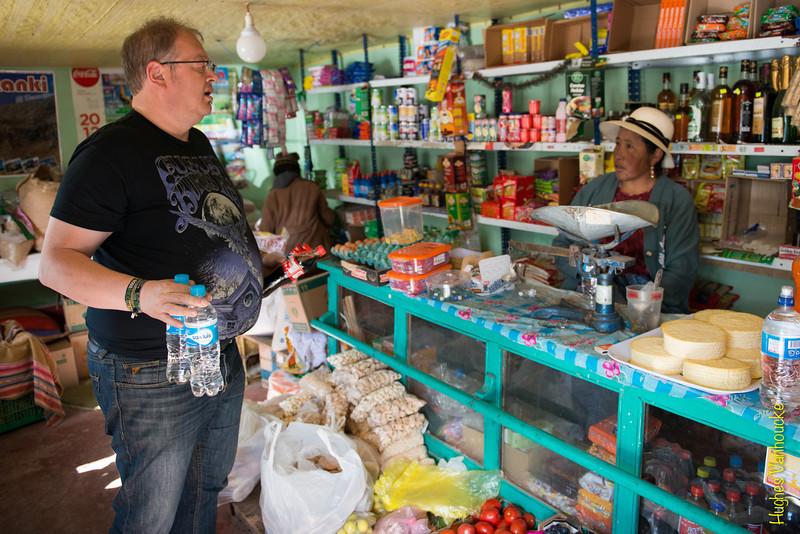 Comprando bebidas & piscolabis para el camino en una tienda de abarrotes - El Descanso - Kunturkanki - Canas - Cusco - Perú<br /> <br /> Buying drinks & munchies at a small grocery store for the road trip from Cusco to Arequipa - El Descanso - Kunturkanki - Canas - Cusco - Peru<br /> <br /> Drank & hapjes kopen in een kruidenierswinkeltje voor de lange weg van Cusco naar Arequipa - El Descanso - Kunturkanki - Canas - Cusco - Peru<br /> <br /> Achat de boissons et snacks dans une échoppe locale pour la longue route de Cusco a Arequipa - El Descanso - Kunturkanki - Canas - Cusco - Pérou