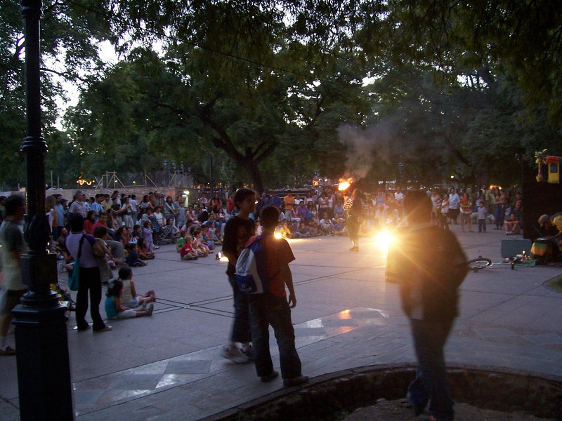 <h3>Entertainers (torch jugglers) in early evening at Plaza Independencia.</h3>