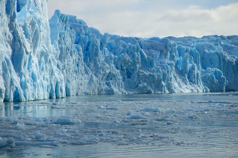 Near the midpoint of the termination of the glacier in the Lago Argentino.
