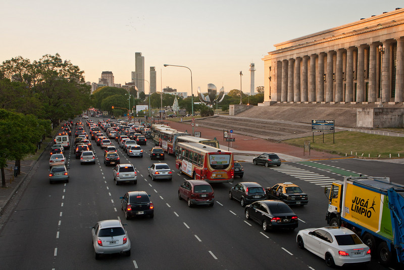 5 o'clock traffic. Avenida Libertador. <br /> The Greek styled building is the Law School of University of BA.