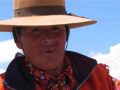 Tandenloze dame, Salinas Grandes, Argentinië.