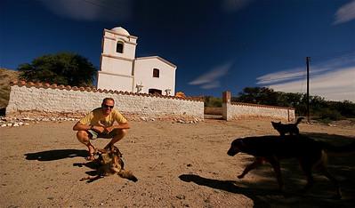 Ed krijgt veel aandacht. Iglesia La Merced aan de Ruta 40. Valle Calchaquies, Argentinië.