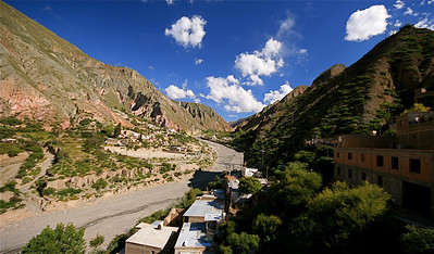 Iruya ligt tegen de berghellingen van de Quebrada de Humahuaca. Iruya, Salta, Argentinië.