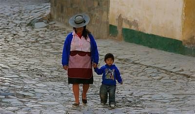 Mama en Jonathan. Iruya, Quebrada de Humahuaca, Salta, Argentinië.