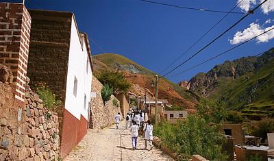 De doktersjas! Het schooluniform 'Guarda Polvo'. Iruya, Quebrada de Humahuaca, Salta, Argentinië.