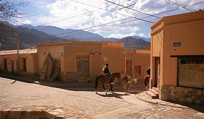 Te paard in de straten van Tilcara. Quebrada de Humahuaca, Jujuy, Argentinië.