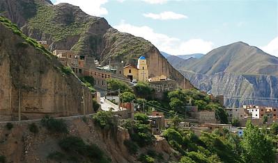 Iruya ligt tegen de steile berghellingen  van de Quebrada de Humahuaca, Salta, Argentinië.