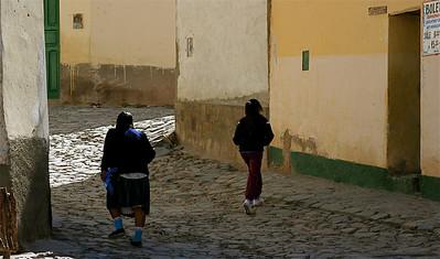 De drukte van Iruya. Quebrada de Humahuaca, Salta, Argentinië.