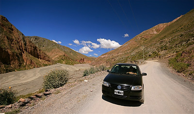 Met onze Gol via de Ruta 13 naar Iruya. Quebrada de Humahuaca, Salta, Argentinië.
