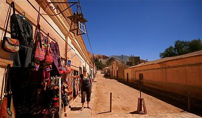 De stoffige straatjes van Purmamarca. Quebrada de Humahuaca, Jujuy, Argentinië.
