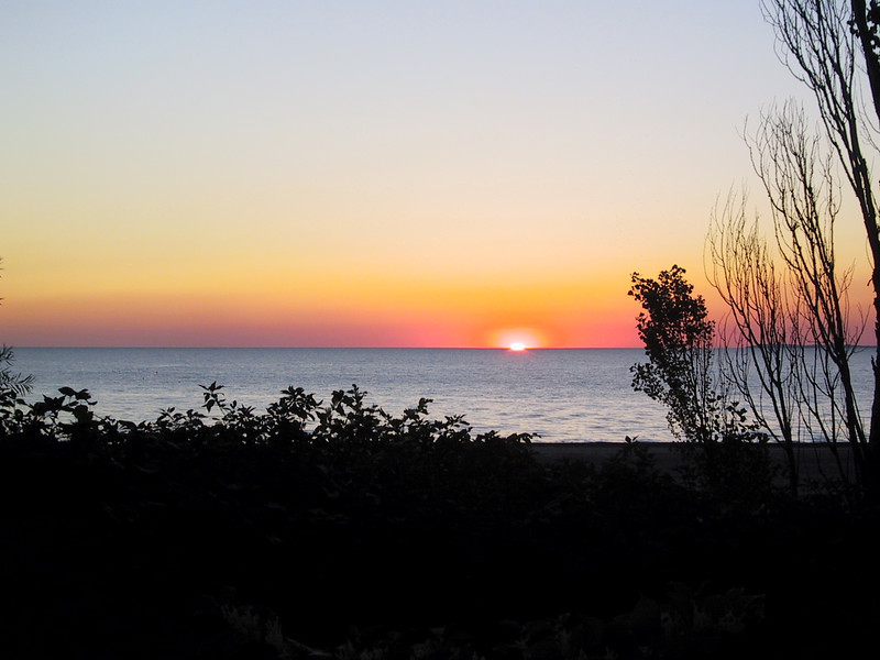 """After returning to the United States, I arrived at <a href=""""http://nysparks.com/parks/info.asp?parkID=47"""">Woodlawn Beach State Park</a> just in time to see the sunset.  After this I went and had dinner at the <a href=""""http://www.anchorbar.com/"""">Anchor Bar</a>, where Buffalo wings were invented."""