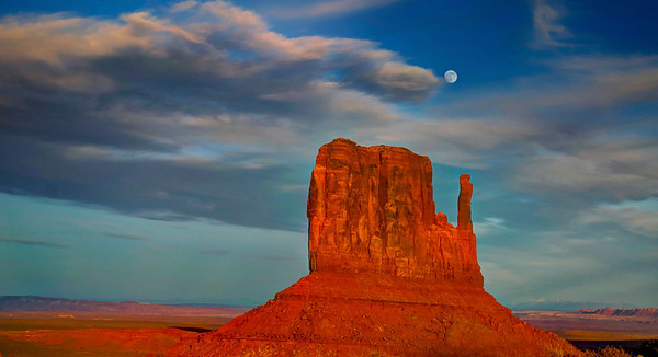 A calm sunset in Monument Valley Utah