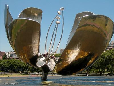 Giant silver tulip in the Plaza Naciones Unidas.