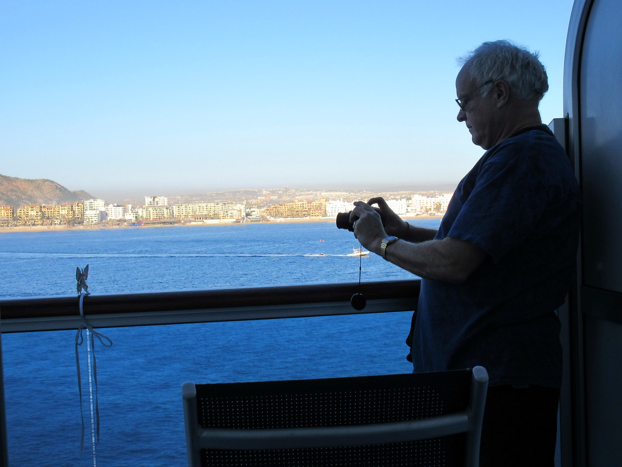 2014-12-11 Cabo San Lucas behind the scene, Arthur photographing Arthur