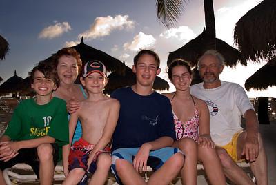 Arturo y Susy con los nietos-2