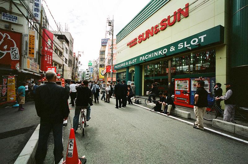 這天 剛好在我們住的地方發生看dvd的漫畫王之類的店縱火案 燒死很多人 接下去幾天 整個新聞都在討論這件事 沒看過封街和這麼多記者的日本街頭