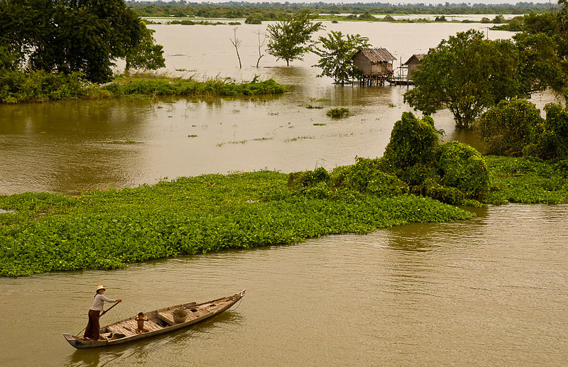 Family transportation on the Tonlé Sap at flood