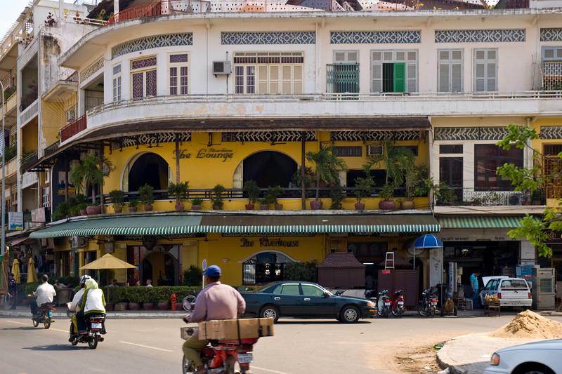 Colonial building block housing tourist-oriented restaurants adjacent to an automotive shop