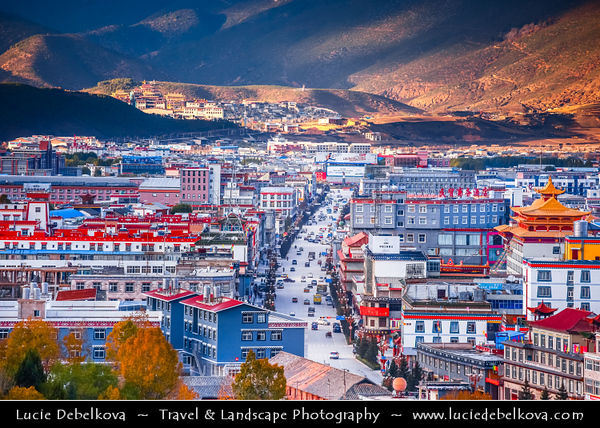 Asia - China - Southwest China - Yunnan Province - Diqing Tibetan Autonomous Prefecture - Shangri-La City - Zhongdian - Xianggelila - Gyalthang - Gyaitang - Beautifully preserved Ancient Tibetian town at Elevation of 3,160 m (10,370 ft) - Dukezong Old Town - Cityscape seen from above
