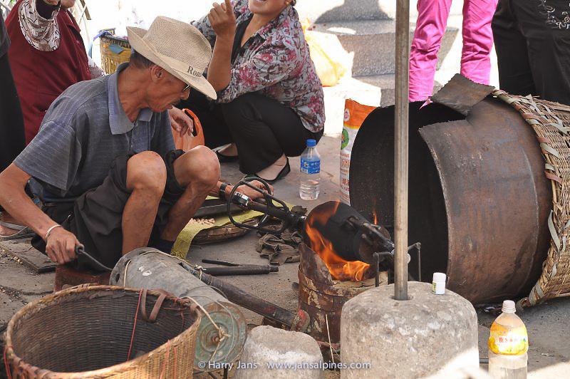 making pop corn at market
