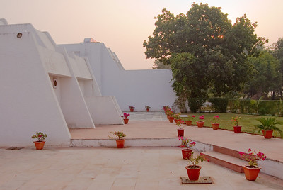 We discovered that our hotel in Khajuraho was disticntly non-Indian in style. As always, the weather was perfect