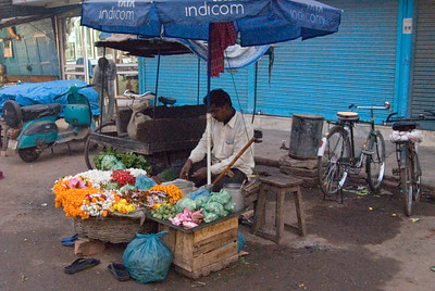 At 6:60 the next morning we set off to the Ganges again - the flower sellers were already at work