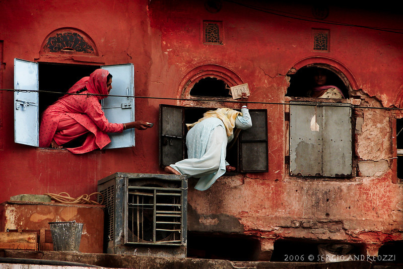 """Women Through Windows"", Jaipur, Rajastan (winner of the National Geographic Contest 2007 - Italian Edition - Category: ""People""; honorable mention in the International Contest)"
