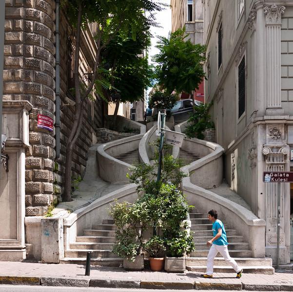 Donated by the Sephardic Jewish banker Abraham Kamondo, the baroque style built Kamondo Stairs climb up the hill from Voyvoda Street to the 19th century neighborhoods of Karakoy
