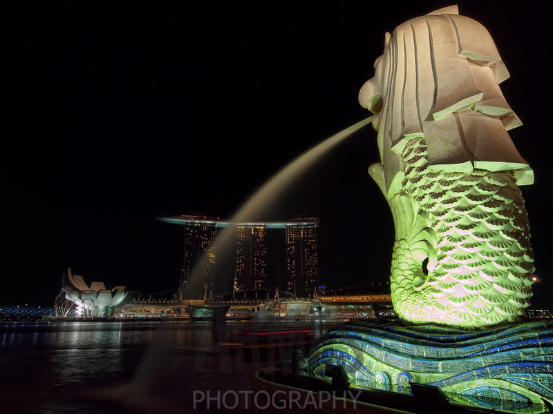 Sands Hotel across Marina Bay with the Merlion in the foreground, Singapore