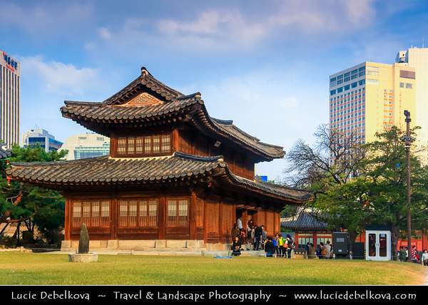 "Asia - South Korea - Seoul - Deoksugung Palace - Deoksu Palace - Gyeongun-gung - Walled compound of palaces inhabited by various Korean royalties until the colonial period around the turn of the 20th century - One of the ""Five Grand Palaces"" built by the kings of the Joseon Dynasty (1392–1897)"
