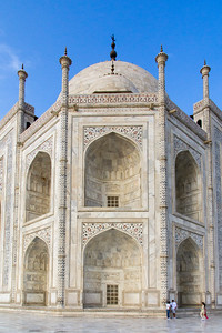Giving the Taj Mahal a little scale with people in the corner.