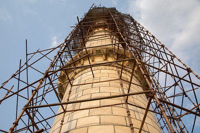 The minaret isn't dingy because of the 400 years of grimy deposits, that's from the clay mud that's been applied to remove the dirt. Later, this will be washed off and the white marble will be clean.