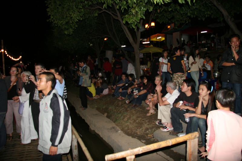 Crowds along the Ping River
