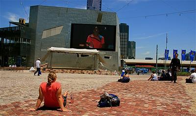 Watching Lopez @ Federation Square, Melbourne. Victoria, Australië.