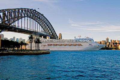 P&O Pacific Dawn and Harbour Bridge