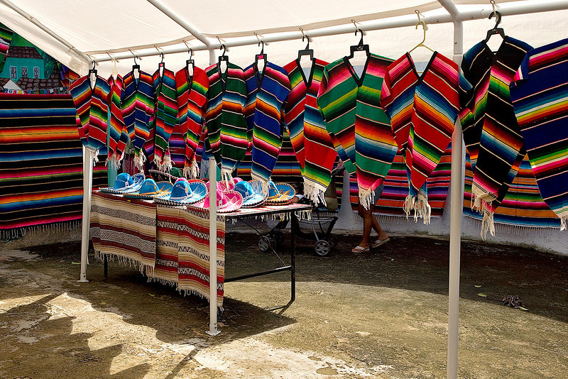 SHOPPING OUTSIDE THE CHICHEN ITZA RUINS