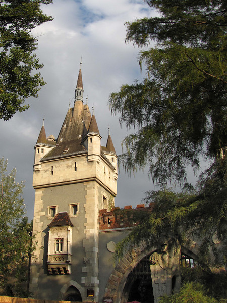84-Vajdahunyad Castle. The tower to the left of the portcullis. On the right, a bear with a shield of St. Stephen.