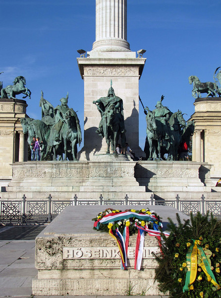 100-Equestrian statues of the 7 Magyar tribes' chieftains encircle the column. Lead by Árpád, they arrived in the Carpathian Basin around 896. In front is the Hungarian War memorial. Note the young couple at the left.