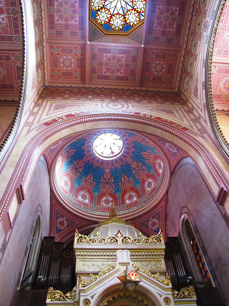 16-Ceiling, Great Synagogue. The restoration was financed by the state and by private donations, largely by a $5 million donation from Hungarian Jewish immigrant Estée Lauder. A three-year program of reconstruction was completed in 1996.
