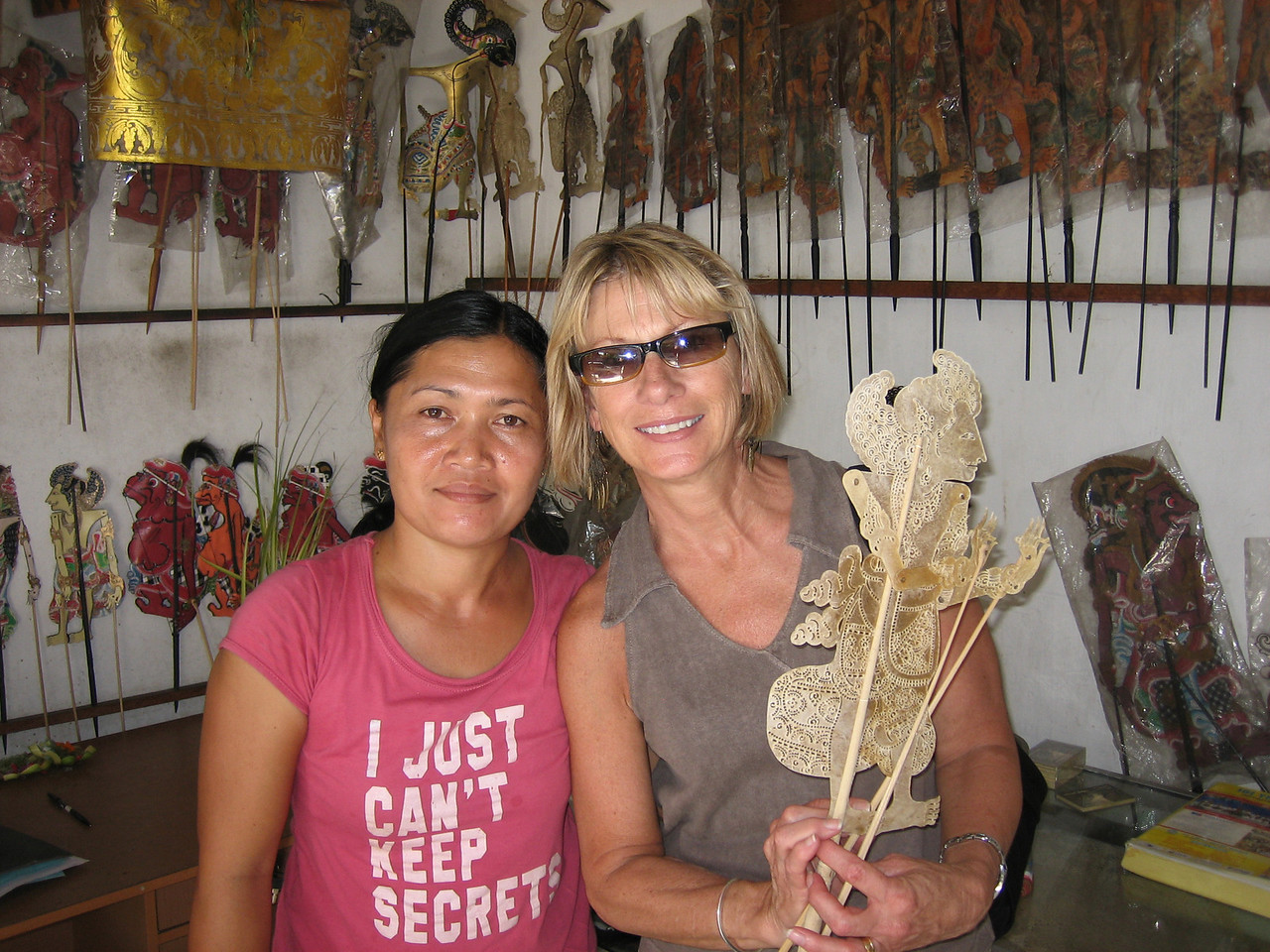 Buying our shadow puppet in Sukawati. (Hmmmm, is Jane wearing the wrong shirt?????)