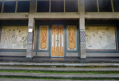 The two large panels at the entrance of this pavillon are drawings by the famous artist Lempad.