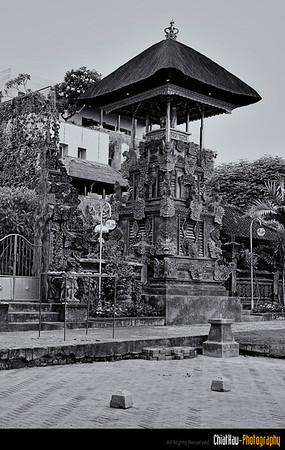 Actually there are not, each house has thier own temple and all thie building structure is in thier own Balinese style.