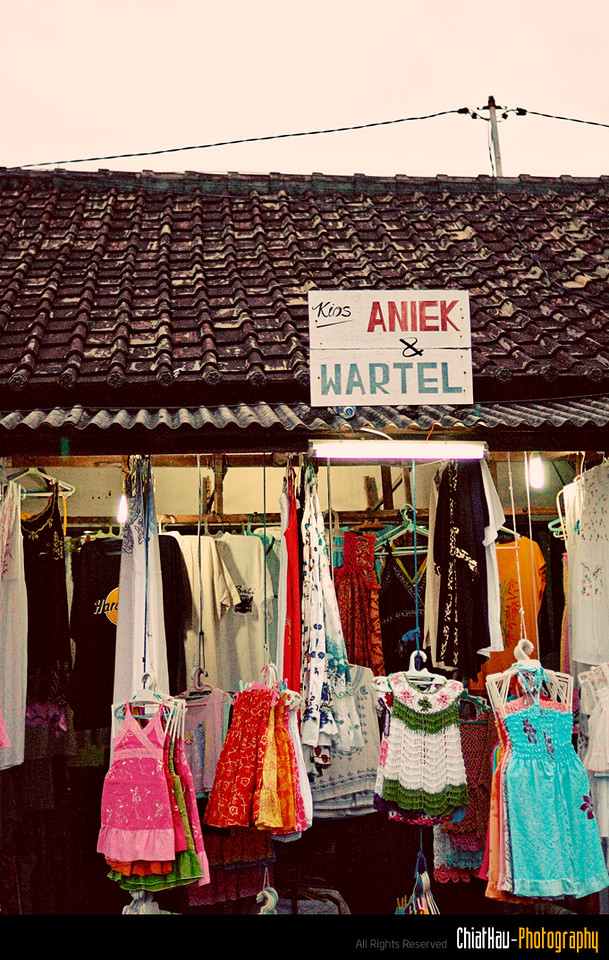 One last shot before we call it a day. :) Tanah Lot Market, a great place for shopping. :) (as well as great view)