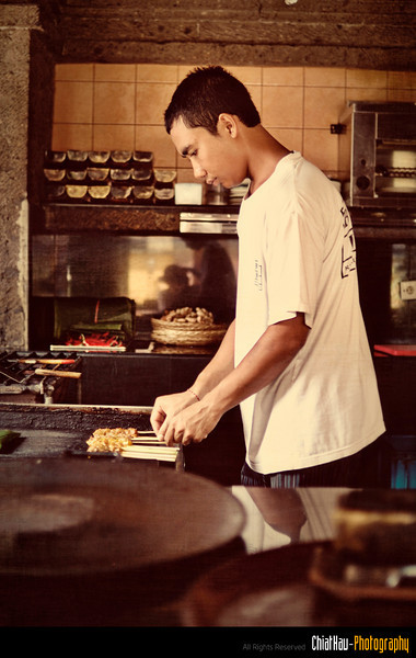 The chef is preparing our satay... (Yummy) :)