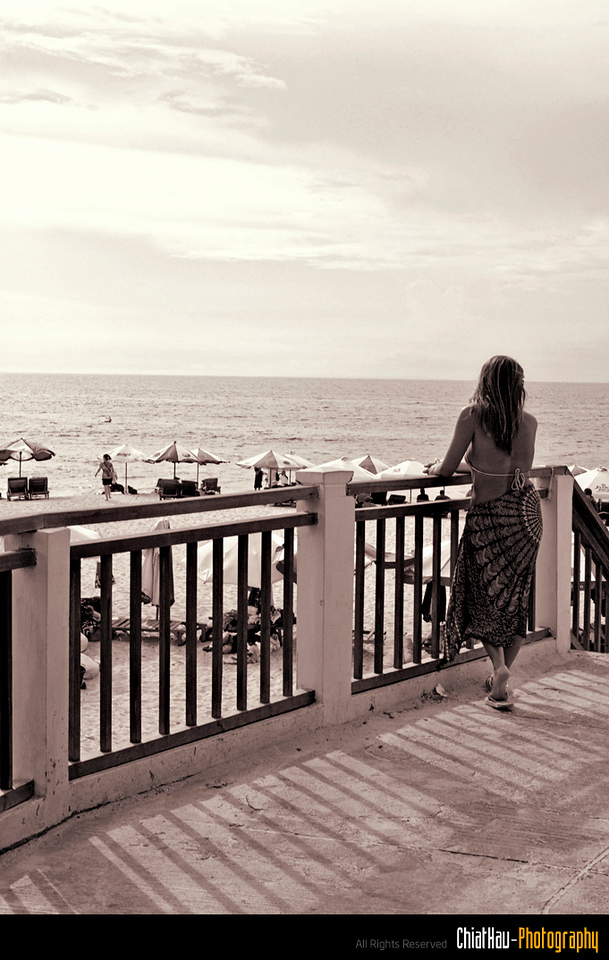 She is waiting for her boyfriend to arrive. So I decided to took a shot of her here. :) (THX)