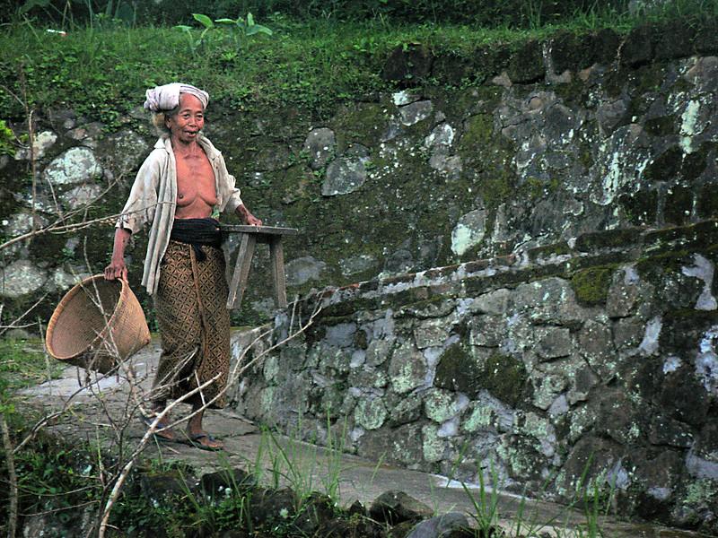 Balinese+woman+working-734569811-O